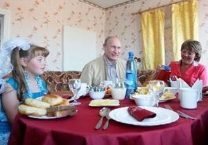Путин навестил девочку, которой три года назад подарил платье