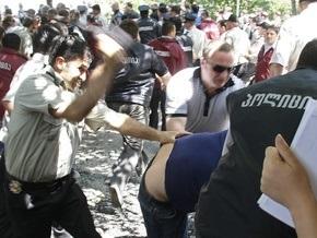 Участник акции протеста в Тбилиси зашил себе рот и глаза
