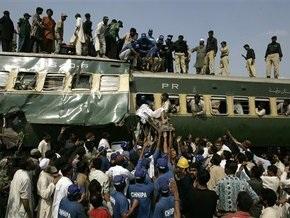 В Пакистане при столкновении пассажирского и грузового поездов погибли 12 человек
