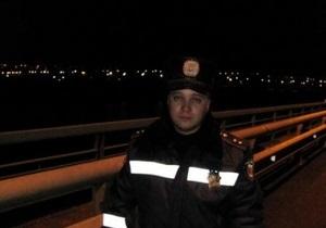 Херсонские гаишники спасли девушку, пытавшуюся спрыгнуть с моста