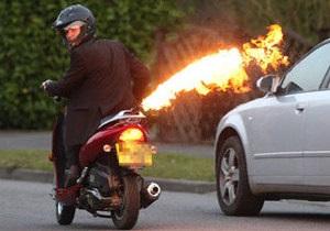 В Британии арестовали водителя мопеда с огнеметом