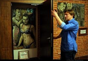 Из Музея власти в Петербурге полиция вынесла портрет Путина в женском белье
