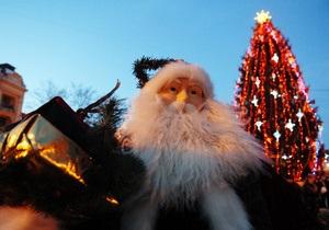В центре Львова елку украсили предвыборными обещаниями Януковича