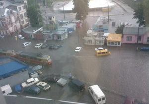 Ливень затопил Лукьяновскую площадь в Киеве