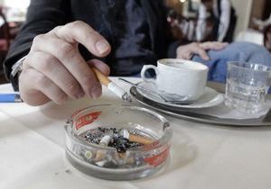 В Латвии курение в присутствии детей могут приравнять к насилию