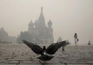 Дым от лесных пожаров вновь окутал Москву. Для борьбы со смогом распыляют водяное облако