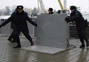 МВД: Несколько сотен человек вместе с депутатами пытаются незаконно установить сцену в центре Киева