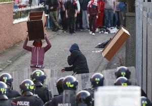 В Белфасте полицейские пострадали в беспорядках. Мужчину с мечом остановили выстрелами