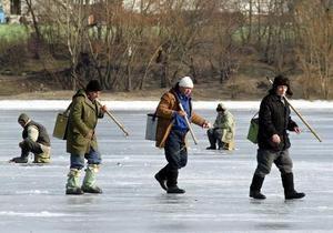 В Киеве спасли рыбака, провалившегося под лед