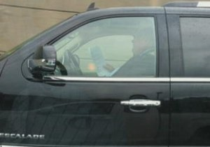 Канадского мэра уличили в чтении за рулем