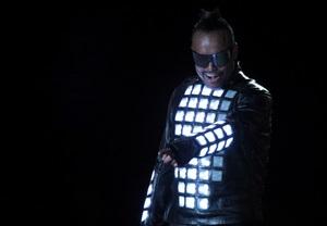 Для мирового турне  The Beginning  Black Eyed Peas выбрали футуристичные костюмы Philips на основе светодиодов.