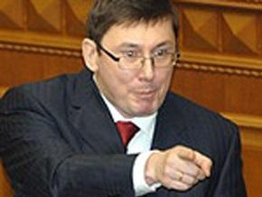 Луценко убежден, что украинцы должны иметь свободный доступ к травматическому оружию