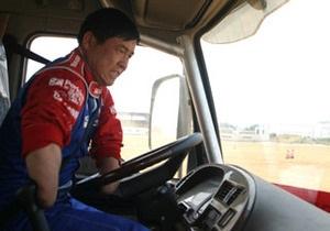В Китае  Безрукий король вождения  добивается получения прав