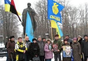День рождения Бандеры: в Луганске несколько активистов собрались у памятника Шевченко
