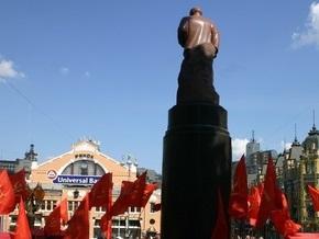 Националисты облили краской отреставрированный памятник Ленину в Киеве