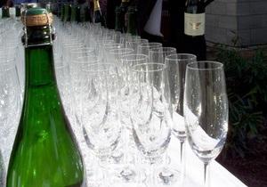 В московском аэропорту Внуково пассажиров угощают шампанским