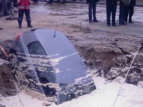 Во Львове машина провалилась под асфальт