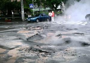 В Киеве возле НСК Олимпийский затопило проезжую часть. Без воды остались жители 13-ти домов