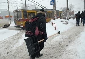 Власти Черкасс привлекают горожан к уборке снега за 100 гривен в день