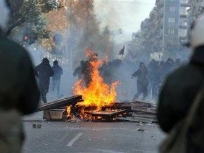 Участники беспорядков в Греции грабят магазины и перекрывают магистрали