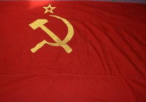 Яценюк призывает Януковича не подписывать закон о флаге Победы