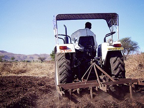 Индус 14 лет долбил гору, чтобы удобно припарковать трактор