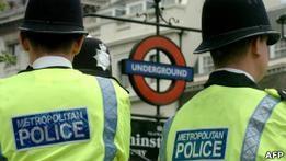 На полицию Лондона подали в суд из-за  агентов-карликов