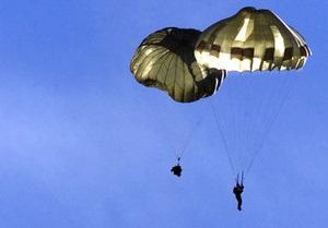 В Харьковской области во время прыжка с парашютом погиб военнослужащий