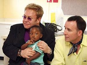 СМИ: Элтон Джон хотел усыновить мальчика из Африки