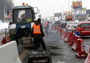 В Киеве на Набережном шоссе монтируют новый отбойник