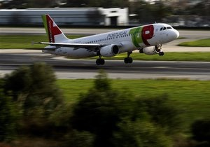 В Бразилии самолет врезался в башню освещения