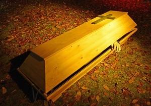В Житомире мужчина после ссоры с женой пробрался в похоронное бюро и уснул в гробу