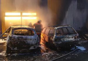 В Киеве возле супермаркета Сильпо сгорели два автомобиля