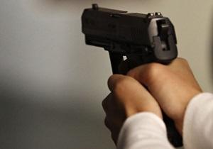 Киевский чиновник устроил стрельбу в собственном подъезде, ранены две девушки