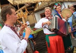 Азаров купил себе лапти и банную шапку на Сорочинской ярмарке