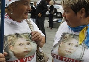 Возле суда в Киеве собрались сторонники оппозиции с требованием зарегистрировать Тимошенко и Луценко