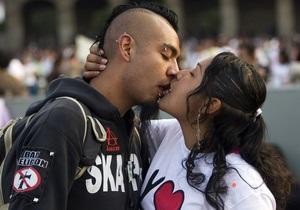 Американские дантисты: При поцелуе передается кариес