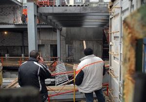 В Киеве начали сносить стройку над метро Театральная