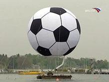 Евро-2008: Гигантский футбольный мяч украсил небо Женевы