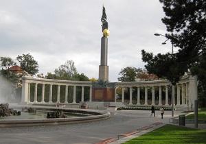 В Вене неизвестные залили краской памятник красноармейцам