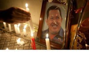 Венесуэльцы оплакивают умершего президента Чавеса