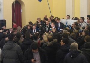 Митингующие захватили колонный зал Киевсовета, с ними встретился Попов