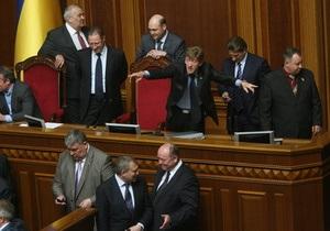 БЮТ не дает Раде начать заседание: входы в президиум заблокированы