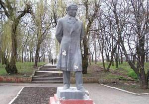 Памятник Пушкину в Донецке остался без рук