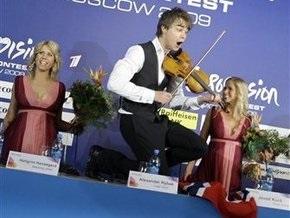 Победитель Евровидения на пресс-конференции станцевал на столе