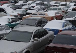 На Лесном массиве в Киеве десяткам машин пробили колеса