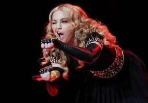Франция: правые подают в суд на Мадонну из-за свастики