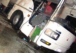 В Японии туристический автобус врезался в стену автомагистрали: есть жертвы