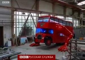 Художник научил красный двухэтажный автобус отжиматься