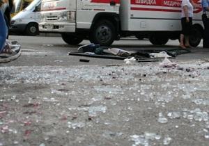В Киеве автомобиль упал с моста на киоск: травмированы два охранника